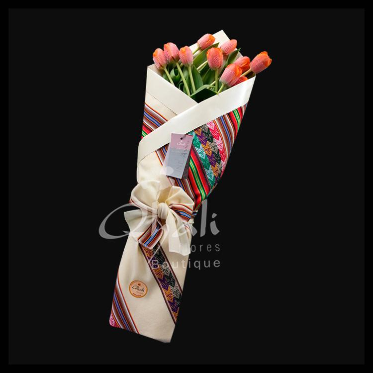 Flores envueltas en Mantas, Flores en Mantas Peruanas, Rosas en Mantas, Ramos Andinos, Regalos con Mantas Peruanas, Regalos Peruanos